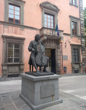 Violinist statue